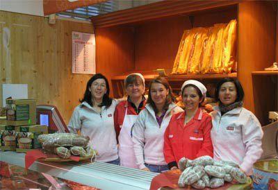 quattro donne dietro al bancone di un negozio di alimentari
