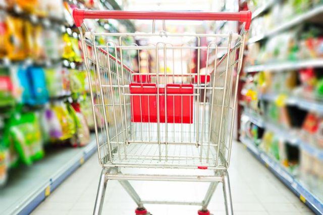 un carrello della spesa in un supermercato