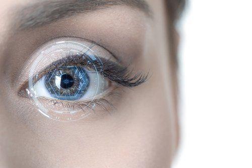 lente a contatto sull`occhio di una donna