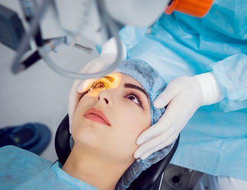 dottore analizza occhio di un paziente in una clinica oculistica