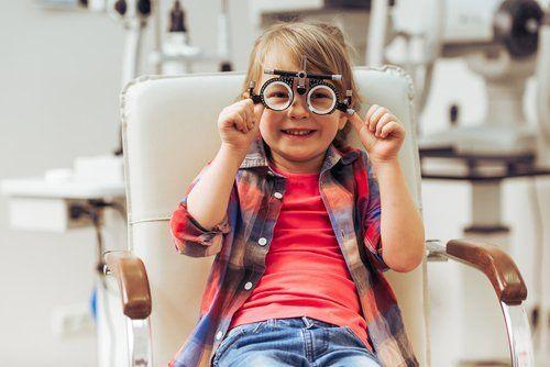 bambino in clinica oculistica
