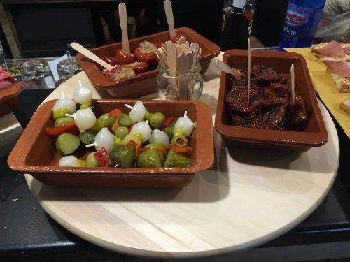 un tagliere di olive, cipolle e peperoni ripieni