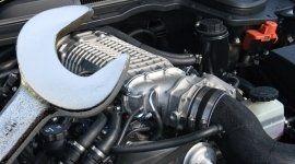 immagine di un motore auto e di una chiave inglese