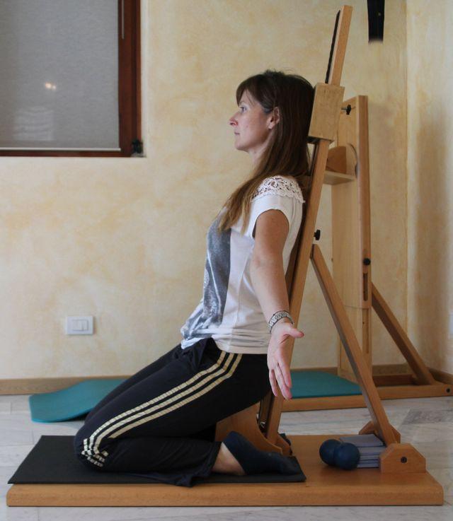 Ragazza effettua una tecnica flexattiva sulla sua schiena