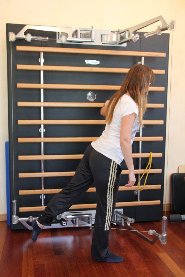 ragazza effettua un esercizio di stretching alla gamba