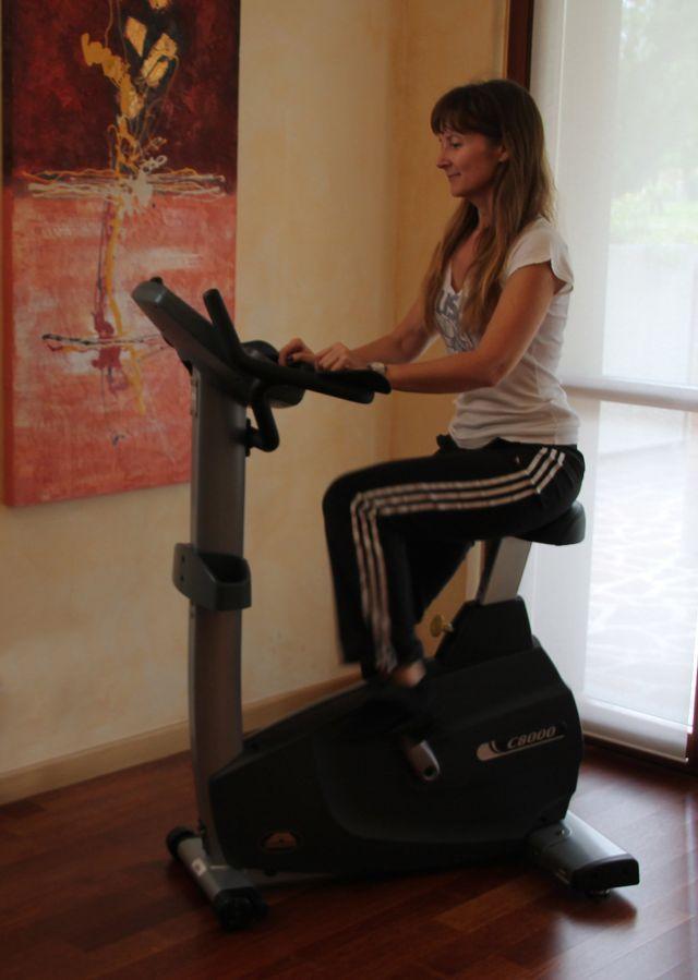 ragazza sulla cyclette