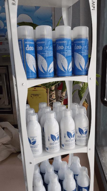 deodoranti e prodotti su uno scaffale