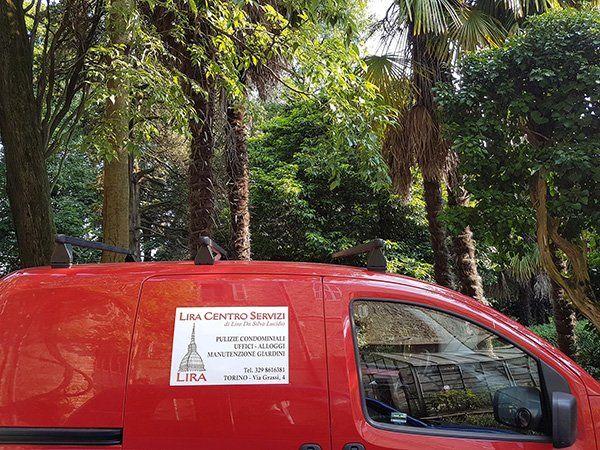 vista laterale di un furgone rosso