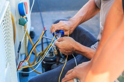 un elettricista mentre taglie dei cavi