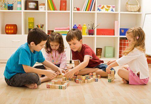 quattro bambini che giocano