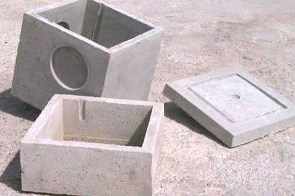 due blocchi e un copri tombino in cemento