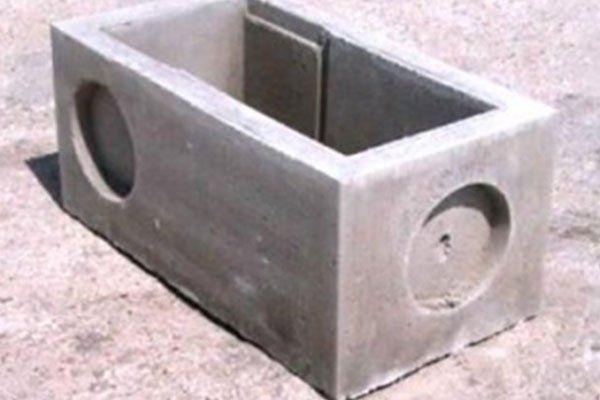 un blocco di cemento con due rientranze a forma circolare