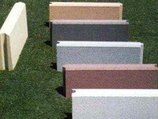 dei blocchi di cemento di di diversi colori