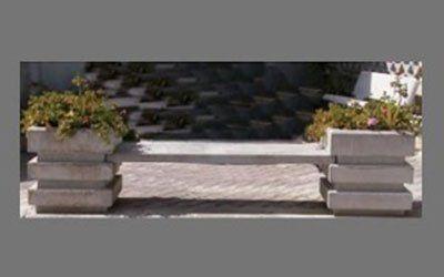 Originale banca di cemento.Gli estremi sono fioriere quadrati