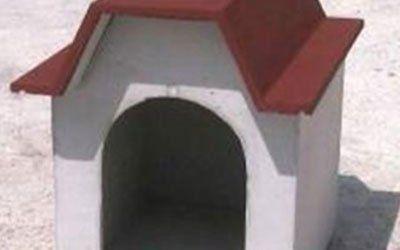 Casetta per il cane fatta di cemento con originale tetto rosso