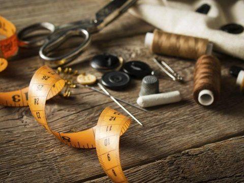 metro da sarta, forbici, bottoni, gessetti, ditali e altri accessori di sartoria