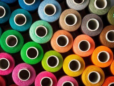 varie matasse di filo di diversi colori