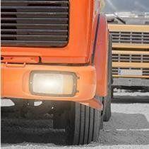 dettaglio fanale di un camion arancione