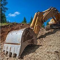 ruspa che scava della terra