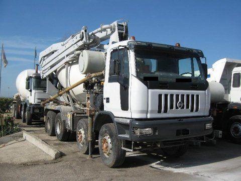 camion bianco con gru