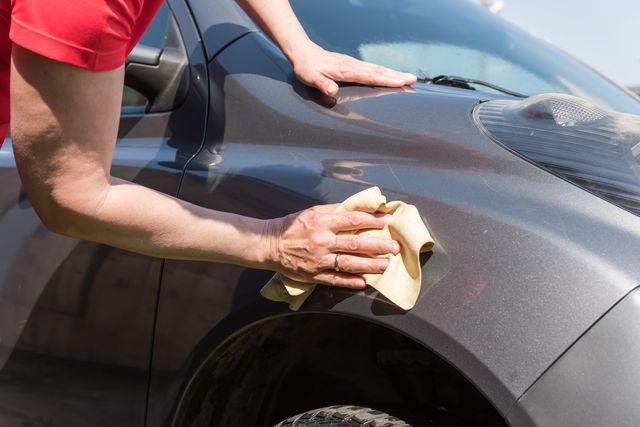 uomo che lava auto
