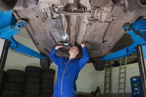 tecnico durante riparazione auto
