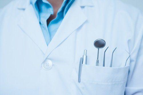 Dell'attrezzatura dentistico nel taschino del camice