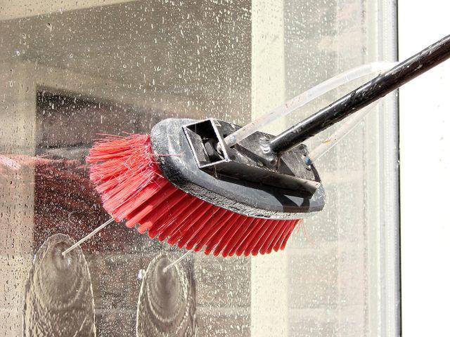 uno spazzolone che lava un vetro