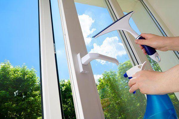 Pulizia aperta finestra di vinile in plastica su un cielo blu di sfondo