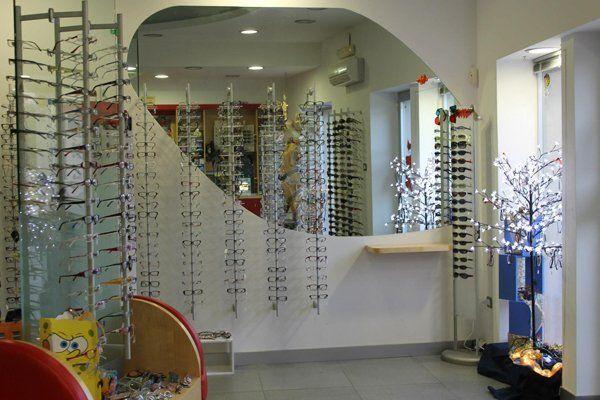 occhiali da vista in esposizione all'interno del negozio