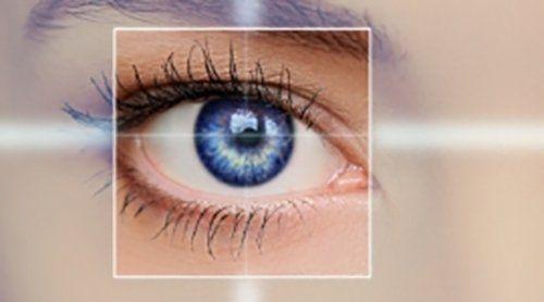 occhio azzurro di una donna