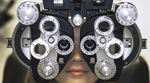 paziente durante un esame oculistico