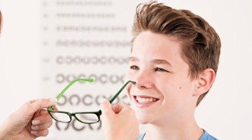 bambino con occhiali