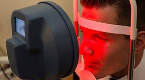 uomo durante un esame della vista