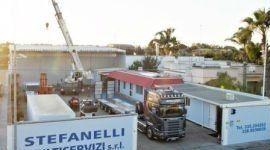 un camion e delle gru da Stefanelli Multiservizi s.r.l
