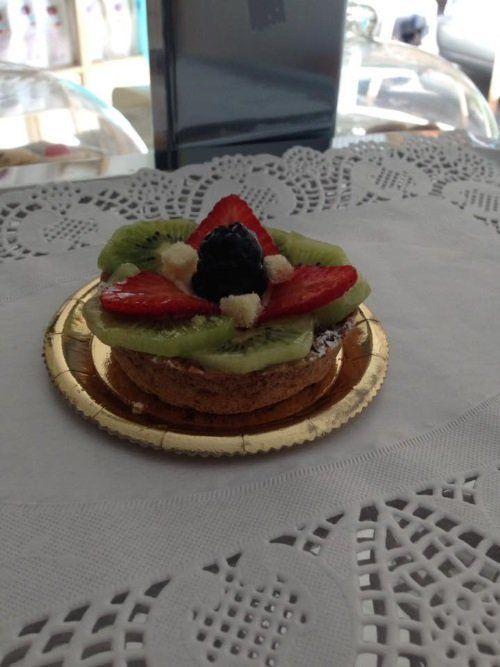 una crostatina con kiwi, fragole e una mora