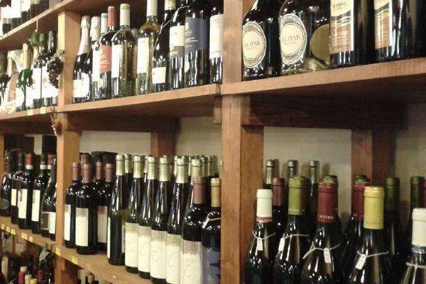Bottiglie di vino su scaffali