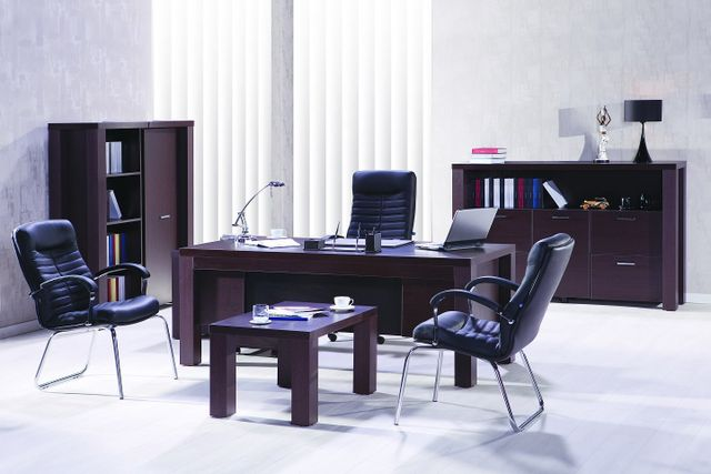 Büro mit Ledersofa