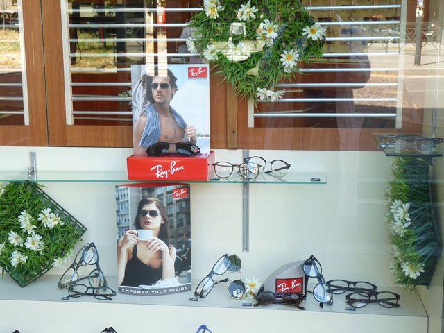 donna con occhiali che prova in negozio ottica