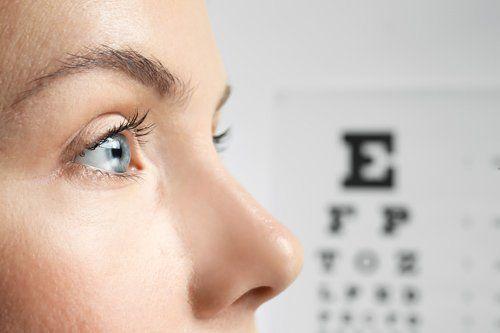 paziente in esame di visione dell'occhio