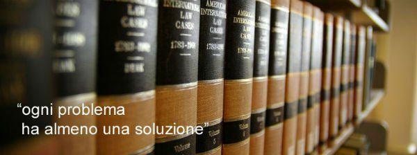 Dei libri e la scritta ogni problema ha almeno una soluzione