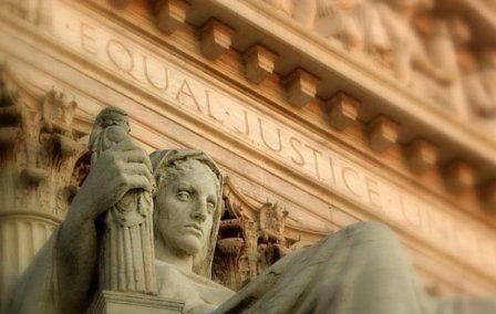 Una statua davanti a un palazzo di giustizia