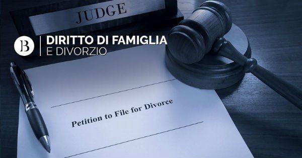 Un martello di legno, un foglio con una penna e la scritta diritto di famiglia divorzio