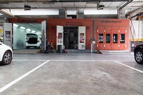 interno della carrozzeria con alcune macchine