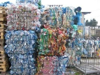blocchi di carta  e rifiuti da riciclare