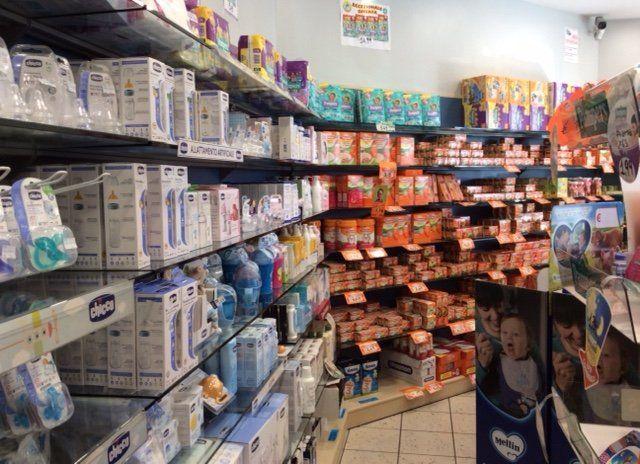 Lo staff della farmacia dietro il bancone