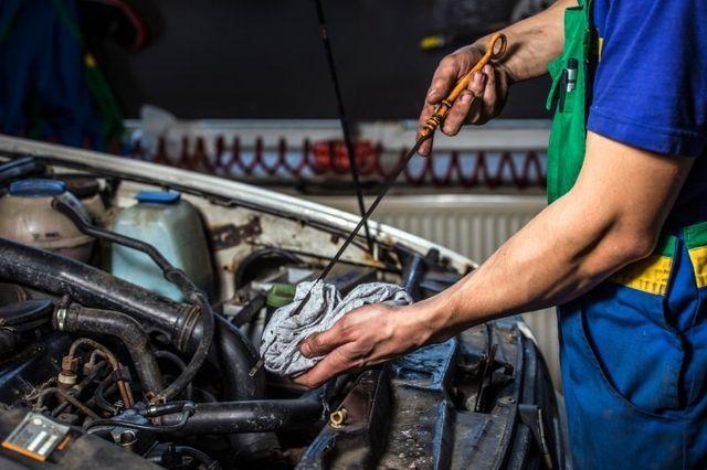 Controllo dell'olio su una macchina