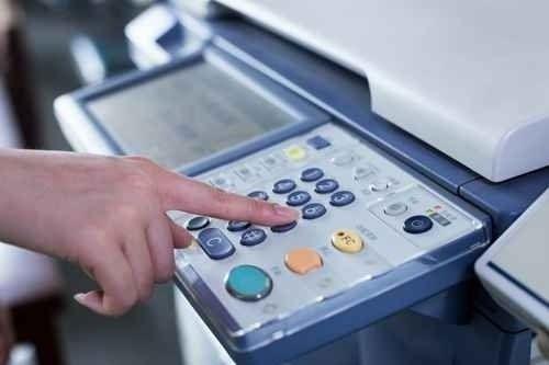 un dito che preme i tasti di una fotocopiatrice