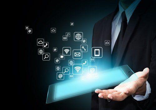 un tamblet sulla mano di una persona con delle icone 3d