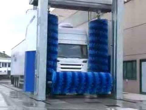 un camion che effettua un lavaggio a rulli